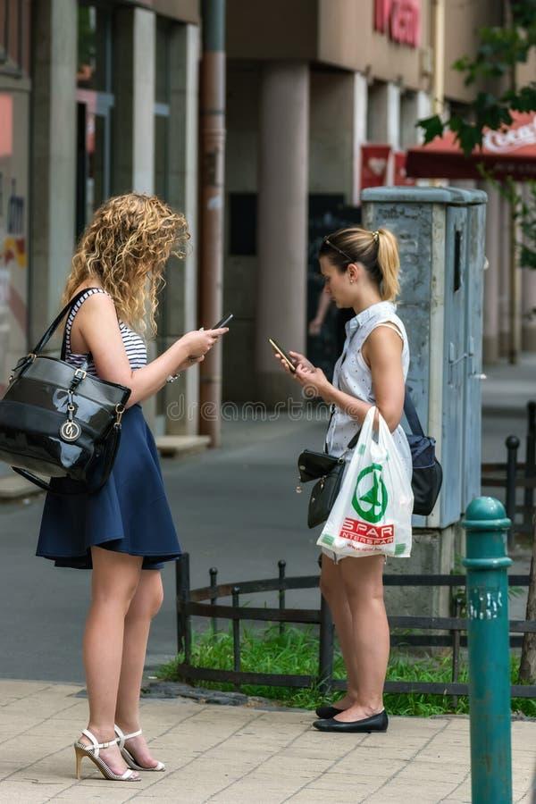 Dziewczyny z telefonami zdjęcia royalty free