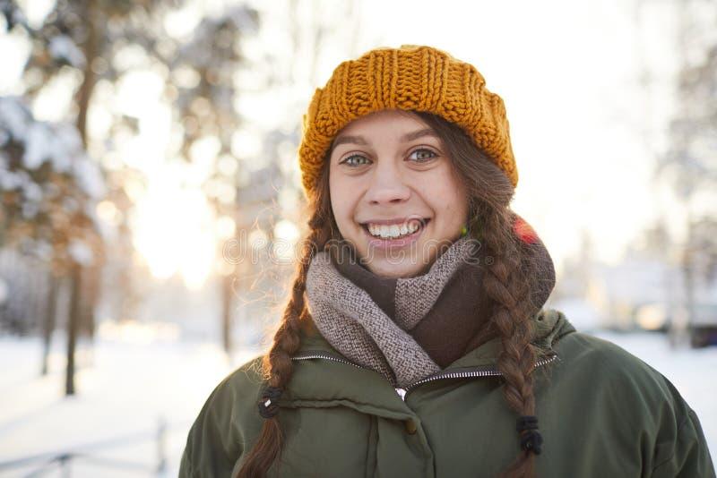 dziewczyny zima szczęśliwa parkowa obrazy stock