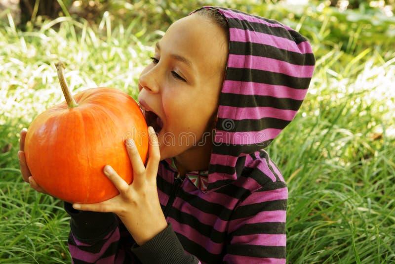 dziewczyny zjadliwa bania fotografia stock