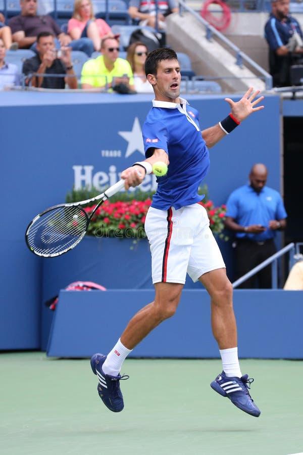 Dziewięć czasów wielkiego szlema mistrz Novak Djokovic w akci podczas pierwszy round dopasowania przy us open 2015 obrazy royalty free