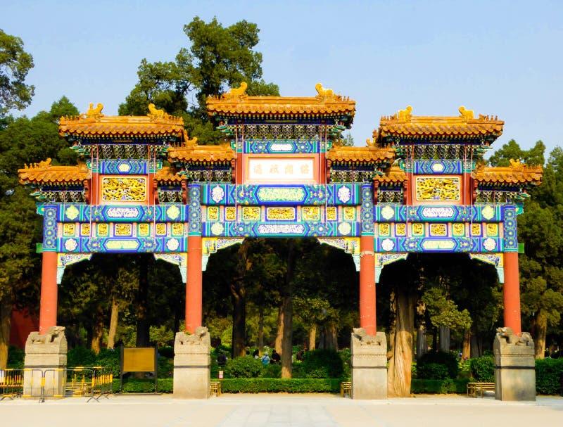 Dziewięć kondygnacj łuku Jingshan inside park zdjęcie stock