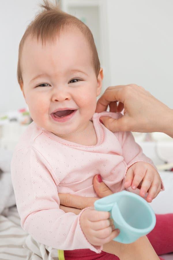 Dziewięć miesięcy starych dziewczynka seansu znaków niewygoda zdjęcie stock