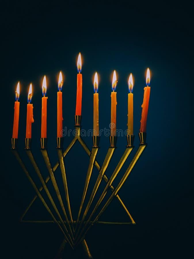 Dziewięć płonących świeczek na zmroku zamazywali tło, w górę hanukkah pojęcie zdjęcia royalty free