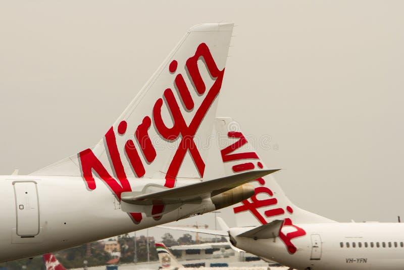 Dziewicy Australia linii lotniczych logowie na samolocie. obrazy stock