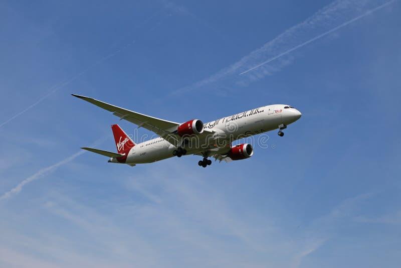 Dziewiczy linii lotniczej Boeing 787-900 lądowanie zdjęcia royalty free
