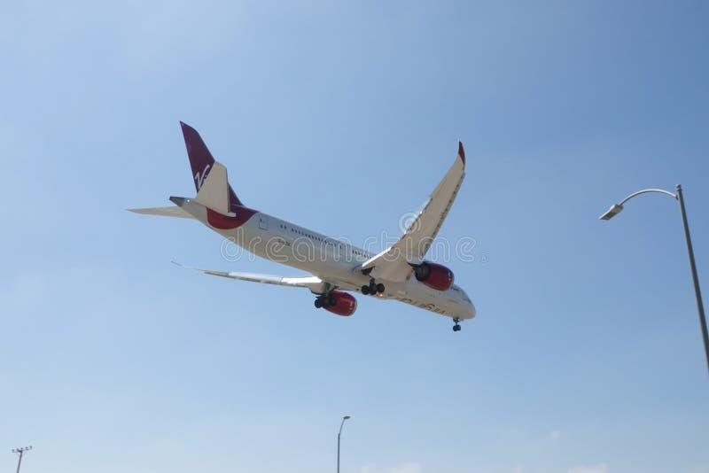 Dziewiczy linii lotniczej Boeing 787 strumień na Desantowym podejściu obraz royalty free
