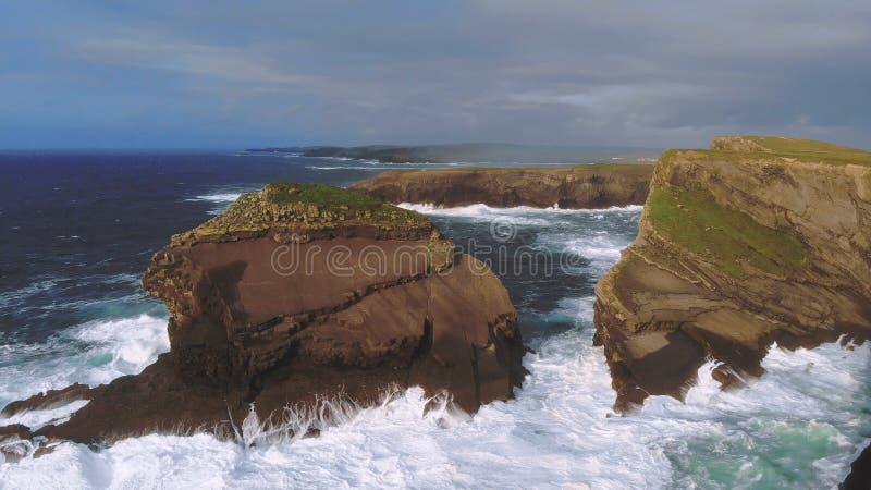 Dzika ocean woda uderza skaliste falezy Irlandzki zachodnie wybrzeże obrazy stock