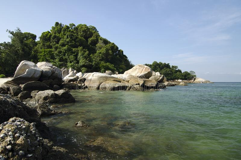 Dzika tropikalna wyspa i skalisty denny brzeg pod jaskrawym słonecznym dniem i niebieskim niebem zdjęcia royalty free