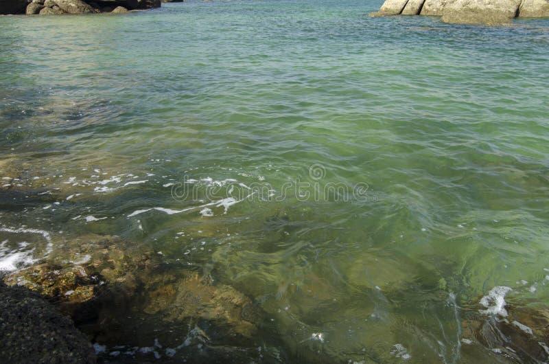Dzika tropikalna wyspa i skalisty denny brzeg pod jaskrawym słonecznym dniem i niebieskim niebem zdjęcie royalty free