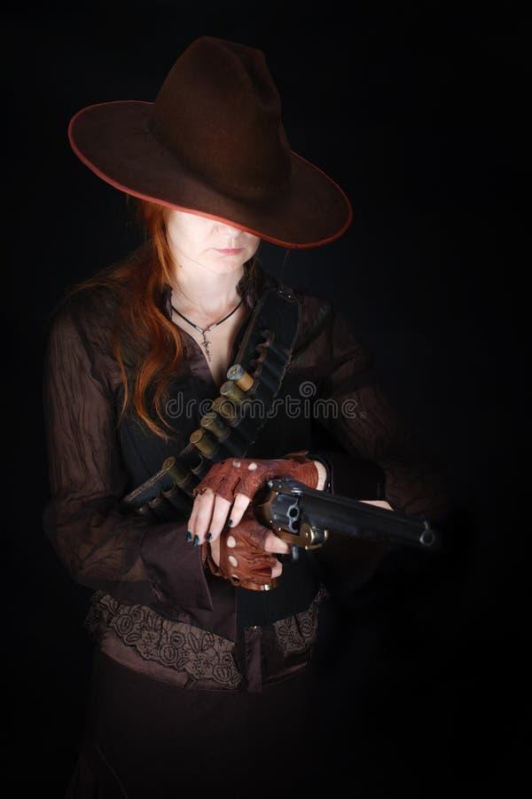 Dzika zachodnia dziewczyna z kolta pistoletem fotografia royalty free