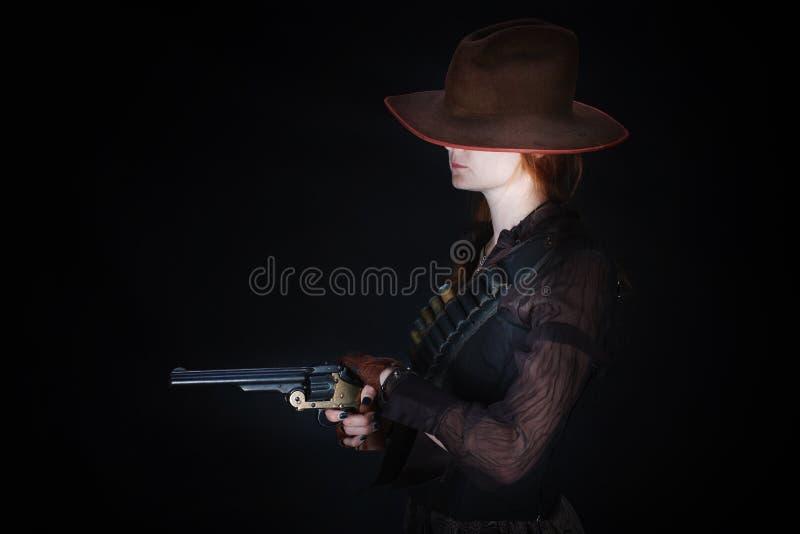 Dzika zachodnia dziewczyna z kolta pistoletem zdjęcia royalty free