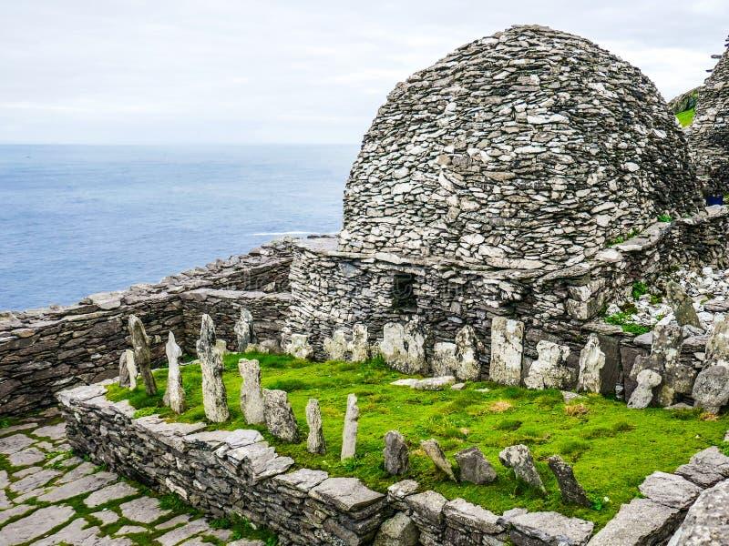 Dziki Atlantycki sposób: Skellig Michael monaster michaelita ` cmentarz i ampuły krasomówstwo budujący nad Atlantycki ocean, obraz stock