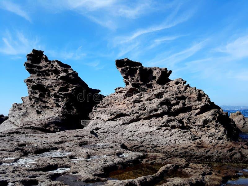 Dziki morze kołysa widok przeciw niebieskiemu niebu Portoscuso, Sardinia Włochy obrazy royalty free