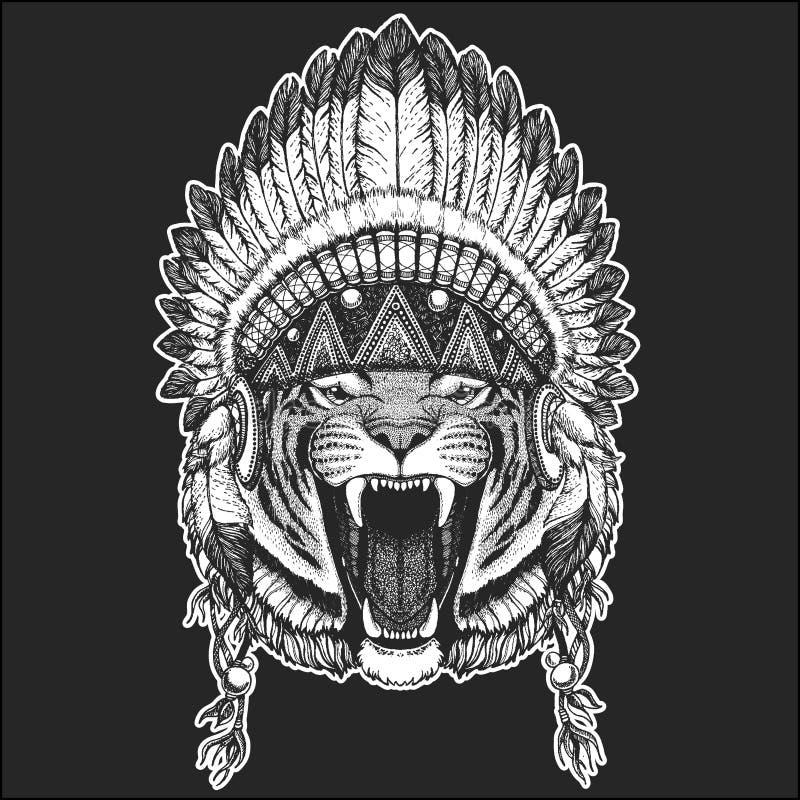 Dziki tygrysi Chłodno zwierzęcy jest ubranym rodowitego amerykanina indyjski pióropusz z piórka Boho szyka stylu ręka rysującym w royalty ilustracja