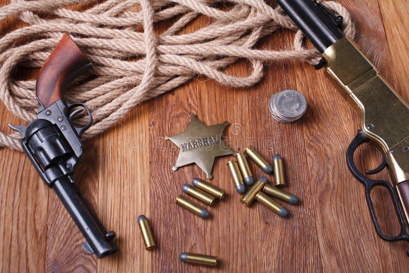 Dziki zachodu pistolet, amunicje i U, S Marsza?ek odznaka fotografia royalty free