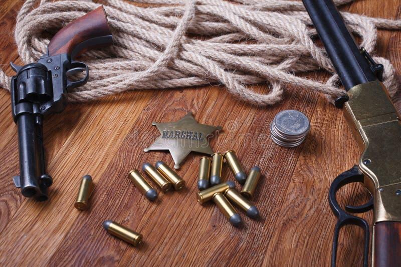 Dziki zachodu pistolet, amunicje i U, S Marsza?ek odznaka zdjęcie stock