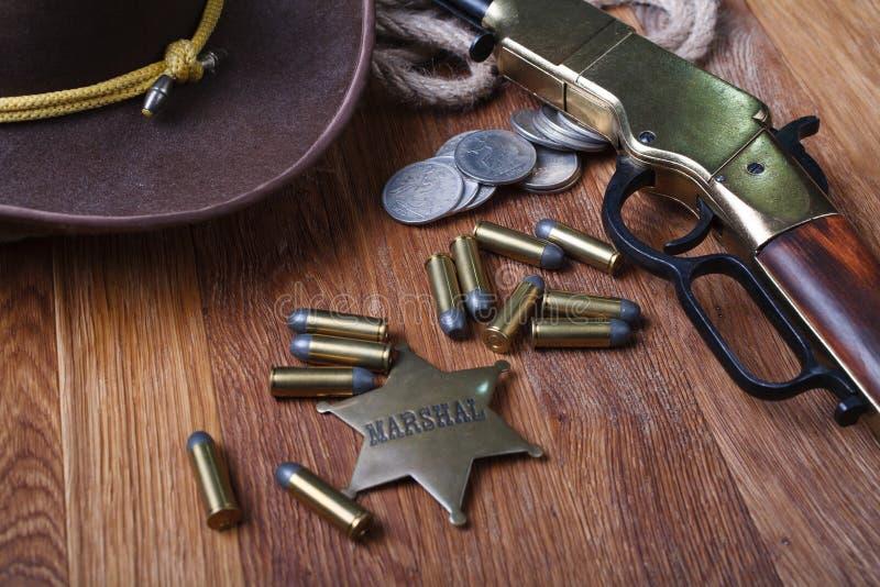 Dziki zachodu pistolet, amunicje i U, S Marsza?ek odznaka zdjęcia stock