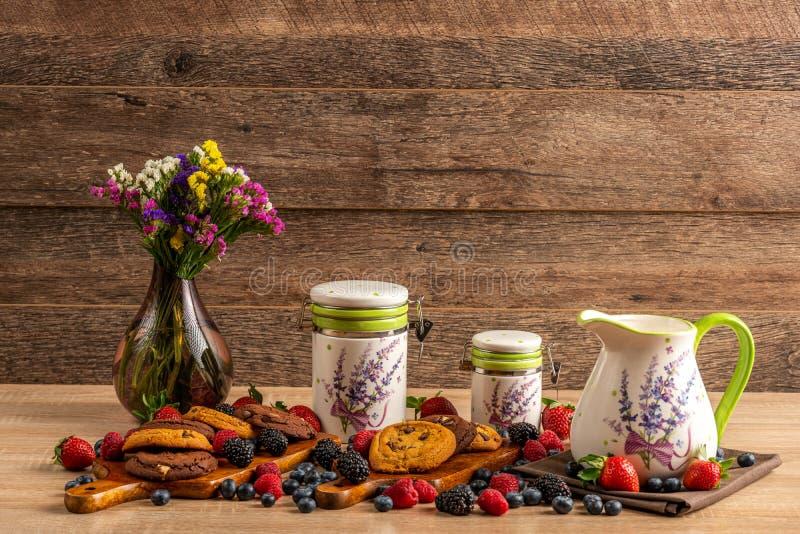 Dzikie jagody z choco ciastkami na drewnianym tle z kopii przestrzenią zdjęcia royalty free