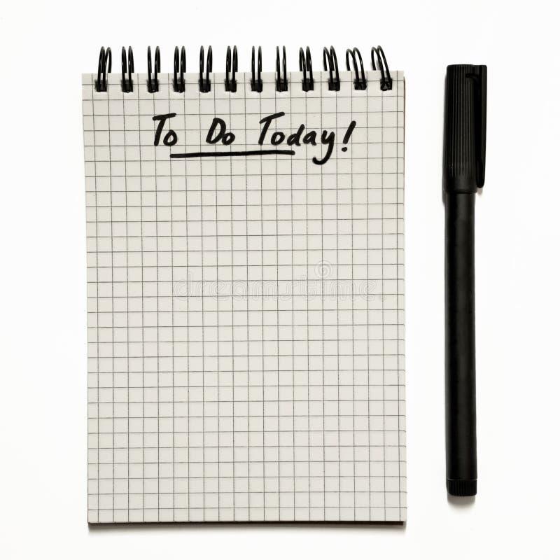 Dzisiaj - robić liście na gridded ślimakowatym notepad z piórem, naglącym - odizolowywający na bielu obrazy royalty free