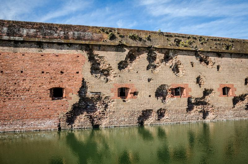 Dziura po kuli, działo dziury w ścianach z cegieł fortu Pulaski Krajowy zabytek w Gruzja od wojny domowej/ zdjęcia royalty free