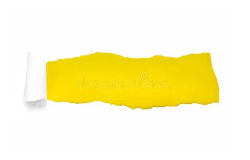 Dziura w białym papierze z poszarpanymi stronami nad koloru żółtego papieru tłem z przestrzenią dla teksta Poszarpany papier dla  fotografia stock