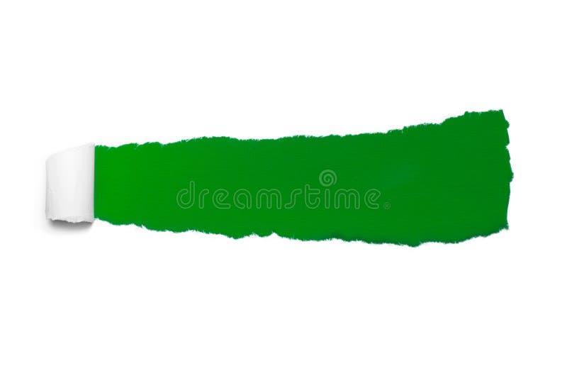 Dziura w białym papierze z poszarpanymi stronami nad zielonego papieru tłem z przestrzenią dla teksta Poszarpany papier dla sieci fotografia stock