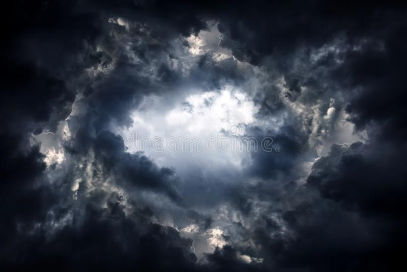 Dziura w Dramatycznych chmurach zdjęcie royalty free