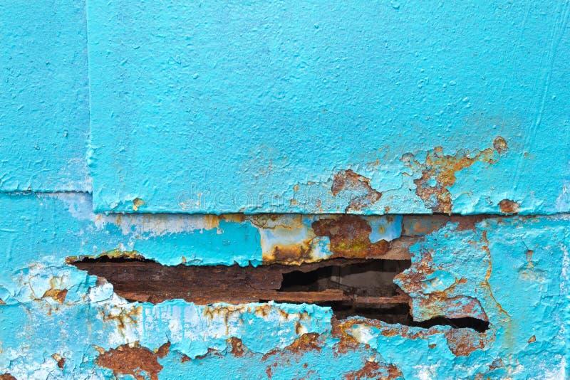 Dziura w metalu prześcieradła żelaznym błękicie Krawędź dziura psująca obok zdjęcia royalty free