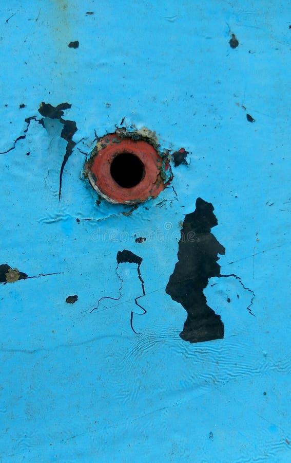 Dziura w ośniedziałym błękitnym samochodowym drzwi zdjęcie royalty free