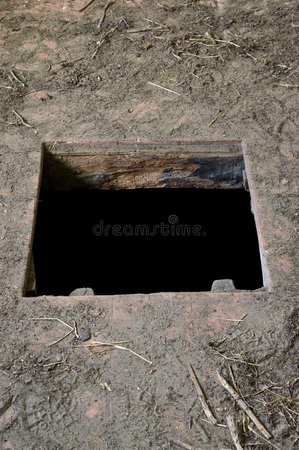 Dziura w podłoga stary domowy prowadzić loch zdjęcia stock