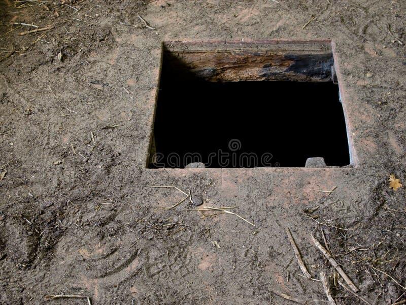 Dziura w podłoga stary domowy prowadzić loch obrazy royalty free