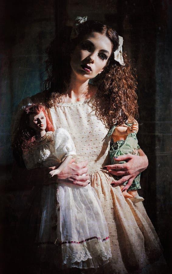 Dziwaczna straszna dziewczyna z zabawkami w rękach Grunge tekstury skutek zdjęcie stock