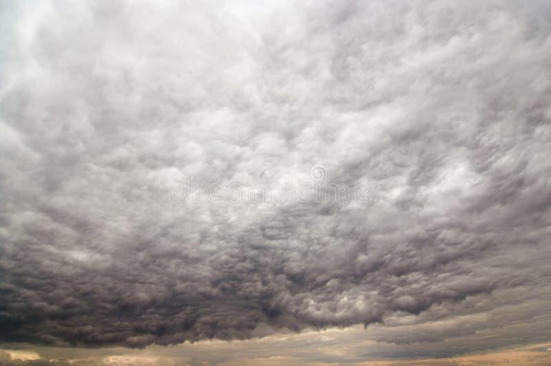 Dziwaczne dżdżyste chmury fotografia royalty free