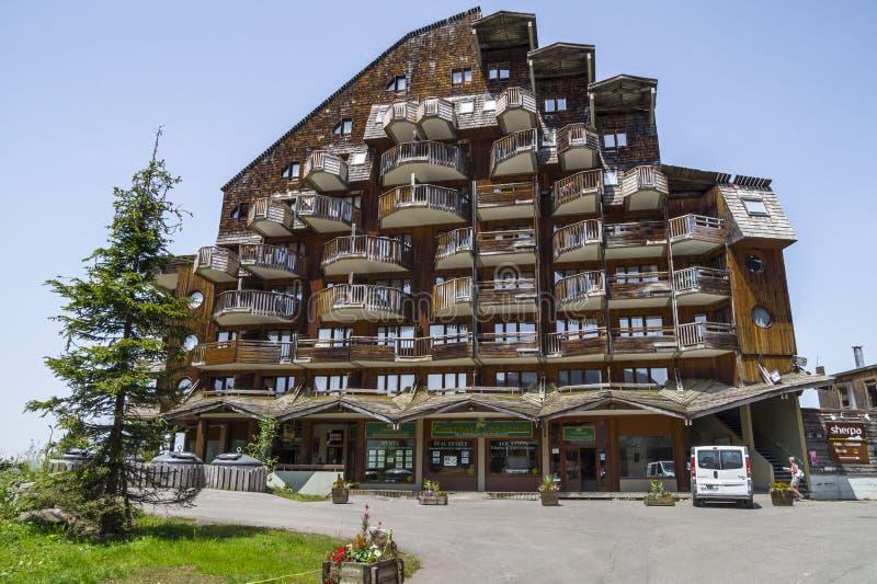 Dziwaczni drewniani budynki w Avoriaz, Francja fotografia stock