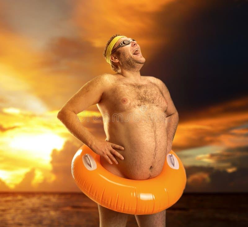 Dziwaczny nagi mężczyzna na plaży fotografia royalty free
