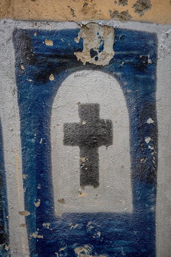 Dziwaczny religijny krzyż malujący na ścianie fotografia royalty free