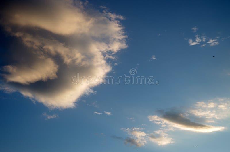 dziwnie kształtne chmury obrazy stock