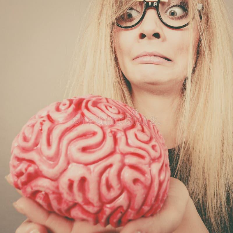 Dziwny kobiety mienia mózg ma pomysł zdjęcia stock