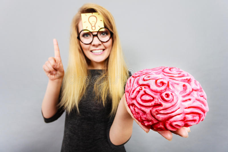 Dziwny kobiety mienia mózg ma pomysł obrazy stock