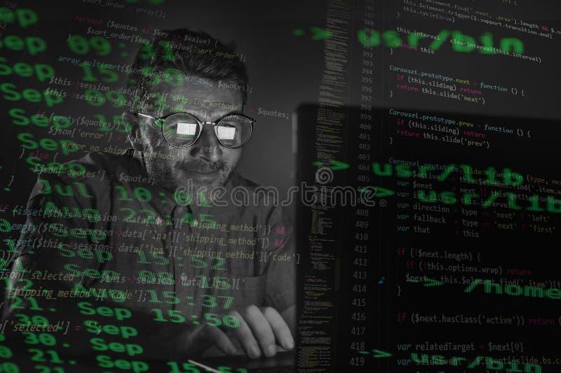 Dziwny sprząta i głupka hackera mężczyzna w dużych szkłach programuje laptopu system wchodzić do niebezpiecznego kod nocnego i si fotografia stock