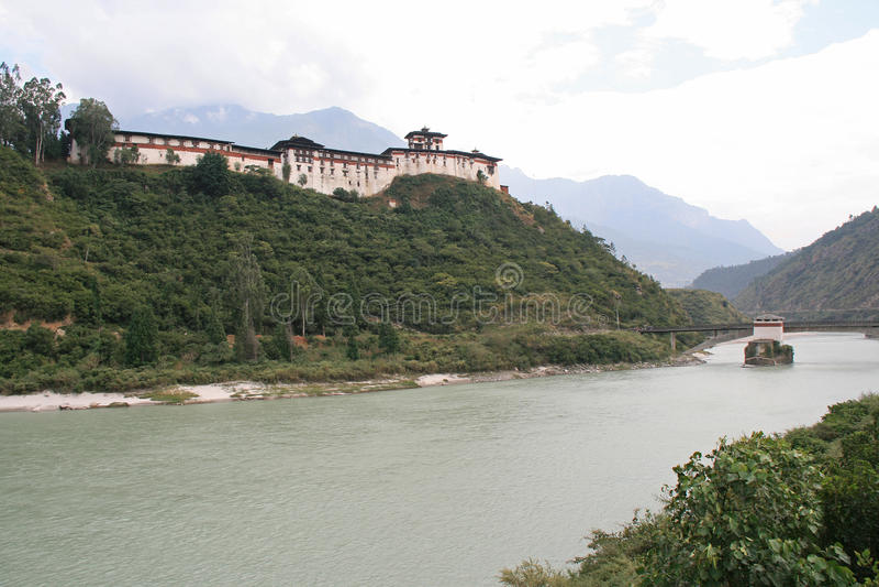 Dzong Wangdue Phodrang, Бутана, было построено вверху холм стоковая фотография