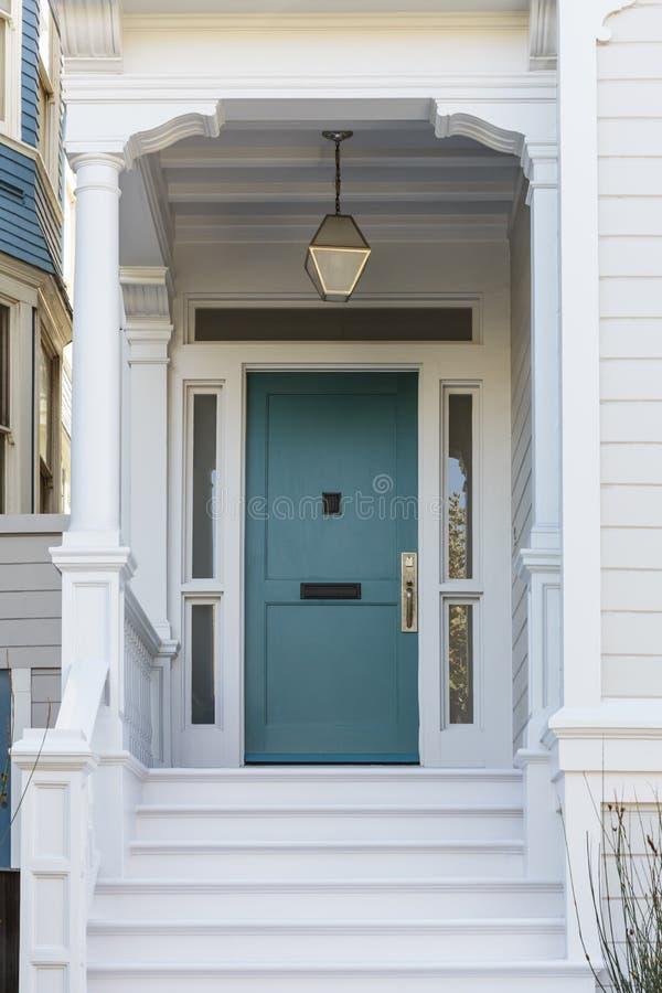 Dzwi wejściowy, frontowy widok frontowy błękitny drzwi fotografia stock