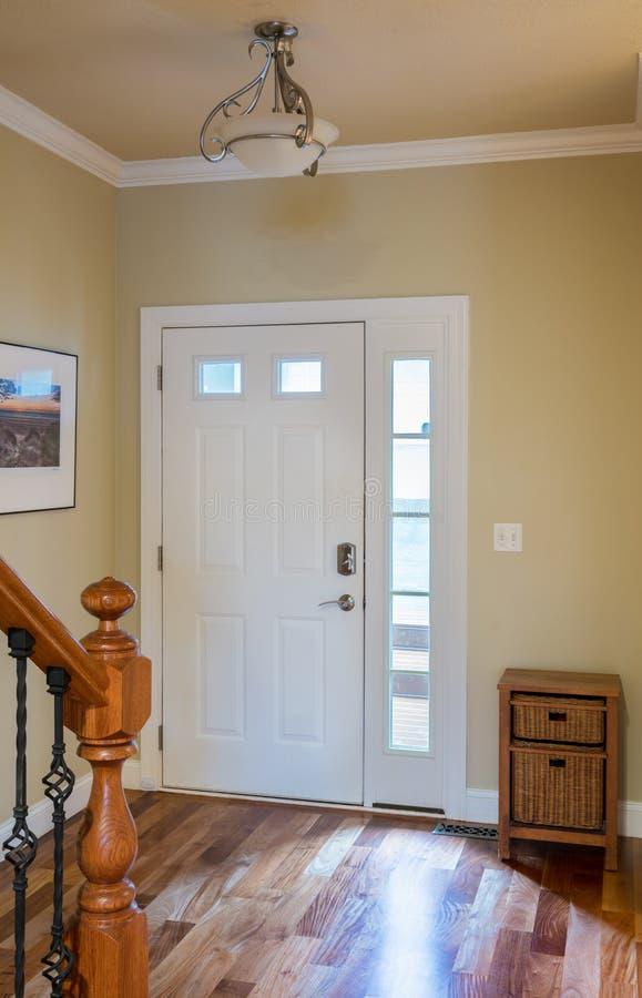 Dzwi wejściowy i sala z drewnianą podłoga zdjęcia royalty free