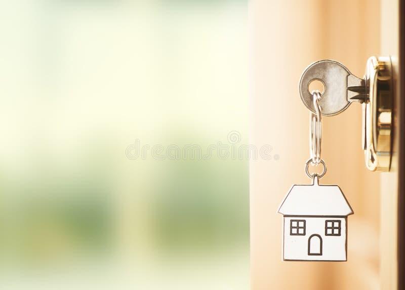 Dzwi wejściowy z domowymi kluczami zdjęcia royalty free
