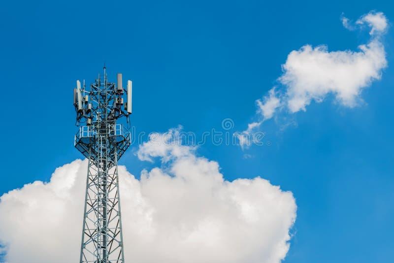 Dzwoni basztową antenę z niebieskim niebem i chmurnieje tło fotografia royalty free