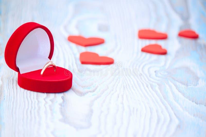 Dzwoni dla małżeństwo propozyci, czerwieni serc na drewnianym stole i obraz stock