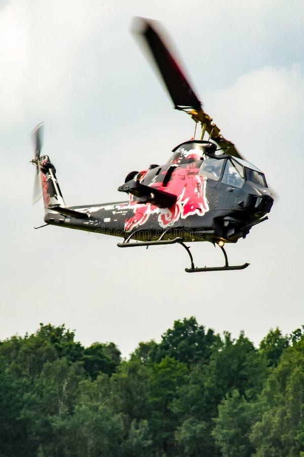 Dzwonkowa kobra TAH-1F Latający byki lata nad Goraszka w Polska zdjęcia royalty free