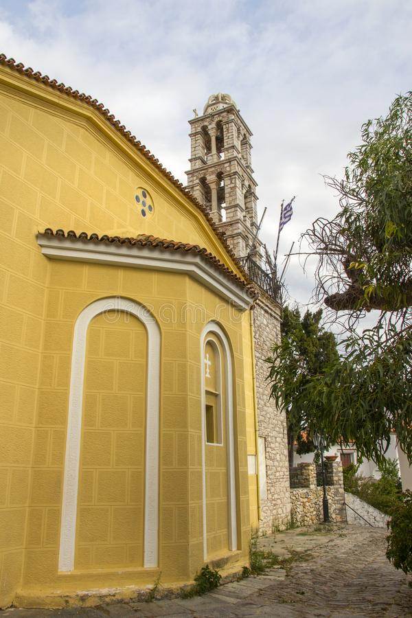 Dzwonkowy wierza Ekklisia Panagia Limnia kościół, Skiathos miasteczko, Grecja, Sierpień 18, 2017 obrazy stock