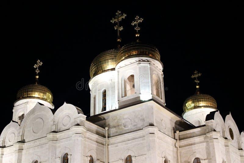 Dzwonkowy wierza i złote kopuły z krzyżami Katedra Chrystus wybawiciel przy nocą Pyatigorsk, Rosja obrazy stock
