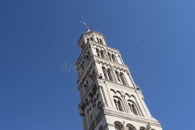 Dzwonkowy wierza katedra StDuje z dzwonkowy wierza w rozłamu, Chorwacja obrazy stock